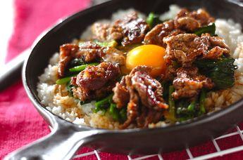 フライパンで作る焼き肉丼。少しお焦げができる位がおいしいですよ、卵をよく混ぜて召し上がれ!