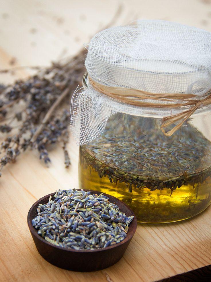 Realizzare in una olio da massaggio naturale è semplice divertente, ecco la ricetta di cosmesi fai-da-te per realizzare l'olio alla lavanda
