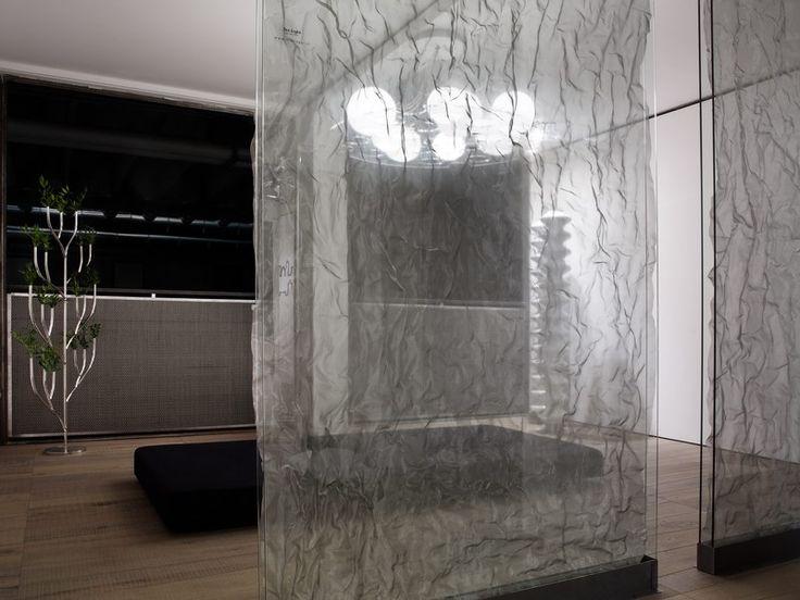 GREEN FRAME HOUSE - L'ambientazione ha dato ampio spazio all'utilizzo di tessuti metallici con i quali sono stati realizzati rivestimenti e pannelli divisori. Particolare influenza ha avuto l'utilizzo del tessuto TexLight che ha assunto un effetto etereo e tridimensionale di grande impatto scenografico, grazie alla leggera stropicciatura e all'inserimento tra due pannelli di vetro. (More info: http://m.ttmrossi.it) #Design #Style #Events #InteriorDesign #IdeaDesign #TTMRossi #Metaldesign