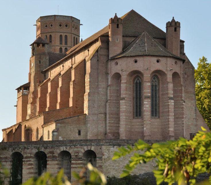 Lavaur fut un haut lieu de la résistance cathare. La ville est prise et ravagée plusieurs fois. Elle est reconstruite à partir de 1255 dans un style qui rappelle fortement celui de la cathédrale d'Albi. On y retrouve des maçonneries en brique, une nef unique, un clocher porche massif, une vrai capacité défensive. Les murs sont aussi entièrement ornés de peintures en trompe-l'oeil. en 1317 Lavour devient siège épiscopal et l'église devenant cathédrale bénéficia de travaux d'embellissement