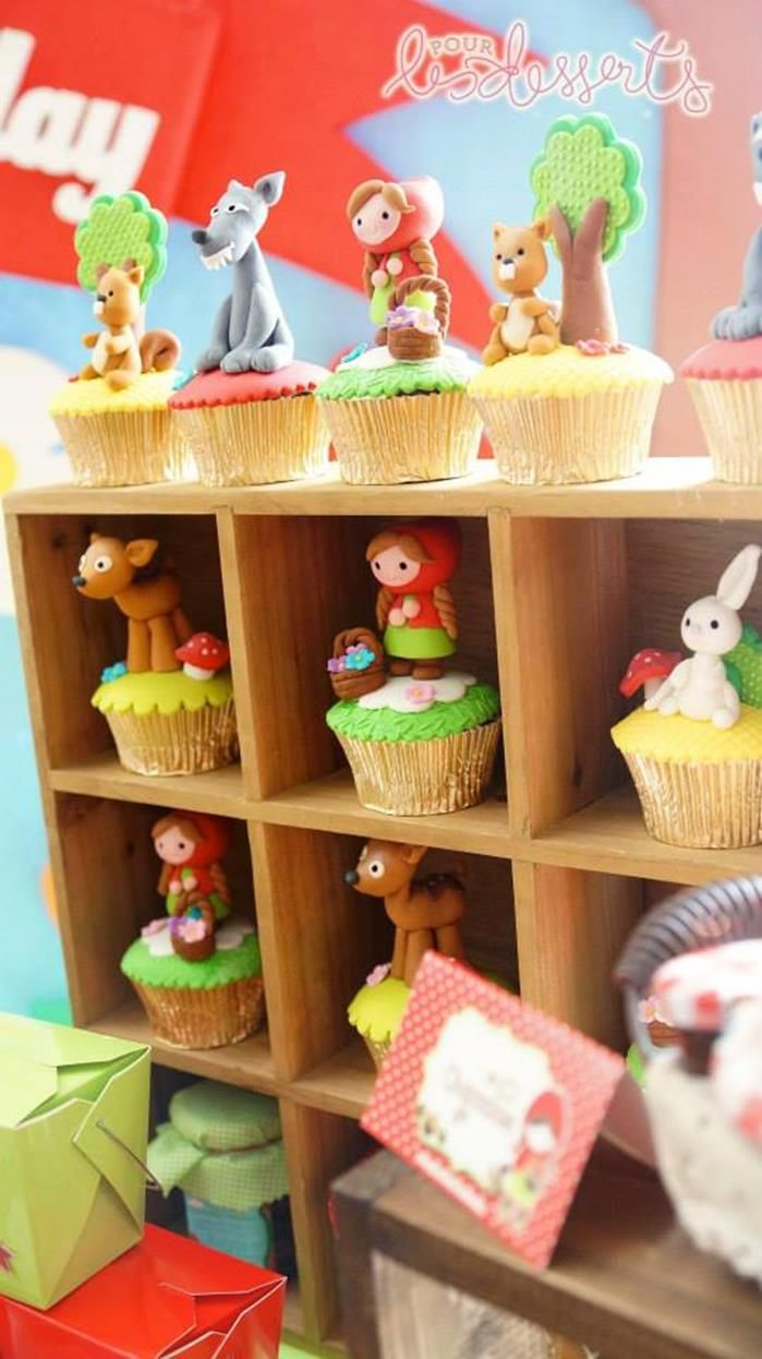Cupcakes decorados con personajes de Caperucita roja de fondant - Fondant characters Little Red Riding Hood cupcakes