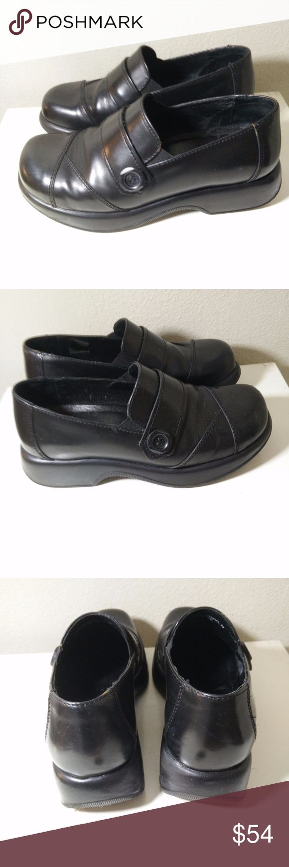 DANSKO  PROFESSIONAL CLOGS SHOES SZ 39 BLACK DANSKO WOMENS PROFESSIONAL CLOGS SHOES SZ 39 BLACK WITH SIDE BUTTON DESIGN - Very nice looking shoes - showing the odd stratch/scuff mark in places but still in GOOD overall condition - see pictures for more details.  (REF#2103) Dansko Shoes Mules & Clogs