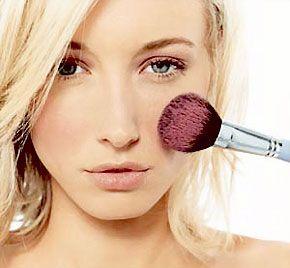 Συμβουλή Ομορφιάς!!  Για να απλώσετε σωστά το ρουζ, πρώτα βρείτε τι σχήμα έχει το πρόσωπό σας. Το ρουζ δεν προσθέτει μόνο χρώμα, αλλά δίνει περίγραμμα και καθορίζει τα ζυγωματικά σας. Ο τρόπος που θα εφαρμόσετε το ρουζ θα τονίσει τα χαρακτηριστικά σας και μπορεί να κρύψει αυτά που είναι περισσότερο τονισμένα.  Θα βρείτε περισσότερα προϊόντα μακιγιάζ εδώ:  http://gr.strawberrynet.com/makeup/  #strawberrynet #freshbeauty #tipoftheday #makeuptip #howtoapplyblush
