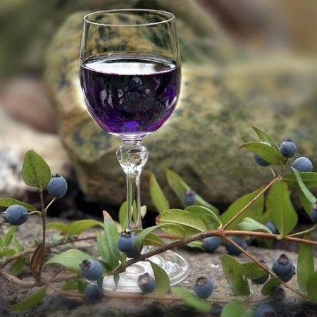 MIRTO Liquore Sardo -  Ottenuto dalla macerazione nell'alcol delle bacche di questo arbusto. Ma non mancano i distillati di altre specie come il corbezzolo, il limone, l'arancio, il mandorlo o ancora il basilico, l'alloro, anche nelle versioni in crema liquorosa.