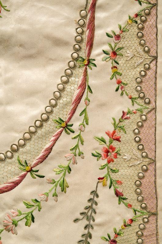 Besticktes Seidenkleid (Detail) Frankreich, um 1780/90 © Bayerisches Nationalmuseum München