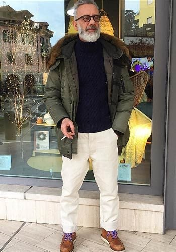 【50代】カーキ色ダウンジャケット×白パンツ×茶色ワークブーツの着こなし(メンズ) | Italy Web