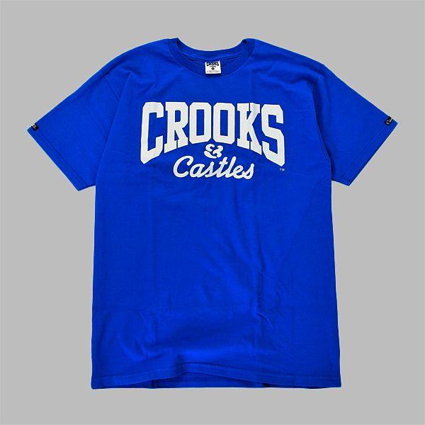 www.cannybiz.pl T-Shirt Crooks & Castles ze ściągaczem wokół szyi w kolorze niebieskim. Duży logotyp Crooks and Castles CORE z przodu oraz …