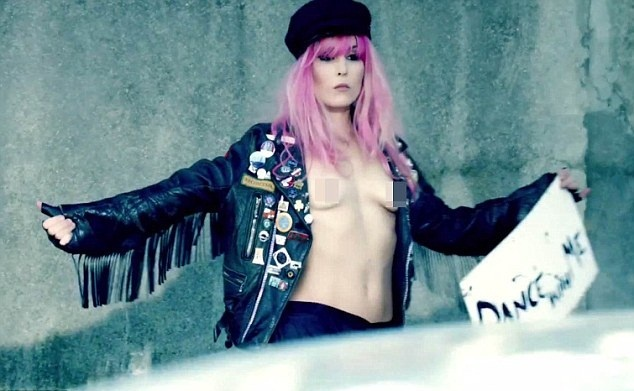Noomi Rapace flashes her chest in a new video clip of The Rolling Stones