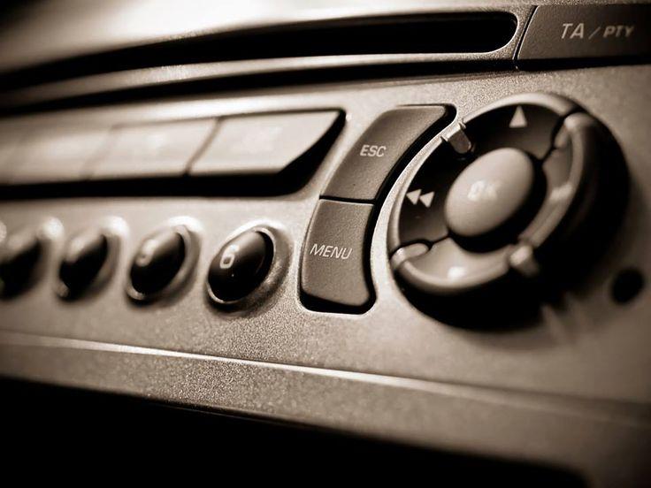 Avoir un bon système audio dans la voiture, ce n'est plus une mode pour se distinguer. C'est devenu un impératif pour pratiquement tous les automobilistes. Si les propriétaires de bolides des grandes marques jouissent de systèmes exceptionnels comme Harman Kardon, Bose ou encore Burmester, il est toujours possible de mettre à niveau le système audio de nos voitures.