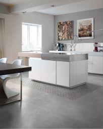 Pavimento cucina in gres effetto cemento Smart Town, colore Silver, superficie Glossy con dec. Colors    #pavimentogresporcellanato #pavimenticucine #greseffettocemento