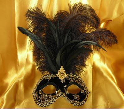 Violetta MT41 Maschera in cartapesta fatta a mano decorata con pizzi, velluti, damascati, Swarovski e piume. Nero e oro Hand-made papier-mâché mask decorated with fabric, velvet,  brocade fabric, Swarovski and plume. Gold and Black