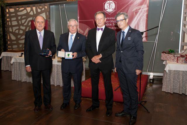 Los Graduados Sociales otorgaron la Medalla de Oro al rector de la Universidad de Murcia por su apoyo a la profesión, http://www.murcia.com/region/noticias/2013/12/02-los-graduados-sociales-otorgaron-la-medalla-de-oro-al-rector-de-la-universidad-de-murcia-por-su-apoyo-a-la-profesion.asp