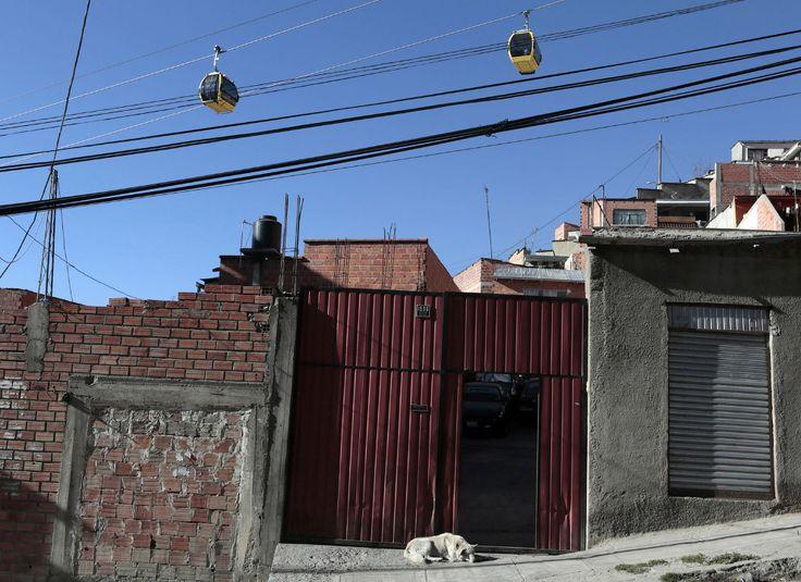 Кварталы города Ла-Пас и канатка над ними