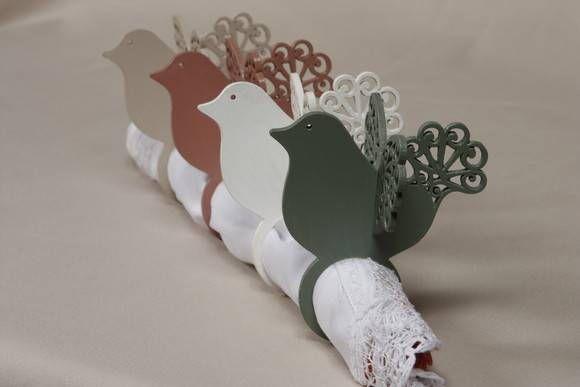 Porta-Guardanapo Pássaro, confeccionado em MDF com bordadura a laser na cauda e asas, delicado e romantico, esta peça encanta e valoriza a composição de sua mesa. Opção de cores: branco, nude, rosa antigo e verde country. R$ 15,00