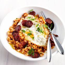 Recept voor witte bonenstoof met chorizo en gebakken ei.  Lees meer op ZTRDG.nl.