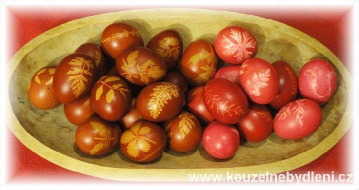 batikovaná vejce - vlevo vařená v cibulových slupkách, vpravo v obarvená červené barvě