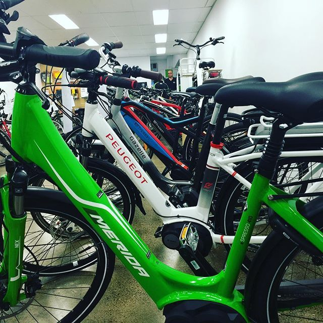 We thought we'd get some colour happening in the showroom. What do you think of this green #merida #bosch driven #city #ebike ? Very #eco LOL 🌿🌳🌲#cyclingbne #brisbanecyclist #electricbike #electricbikesbrisbane #gogreen #ridedontdrive #toowoomba #ipswich #sunshinecoast #goldcoast