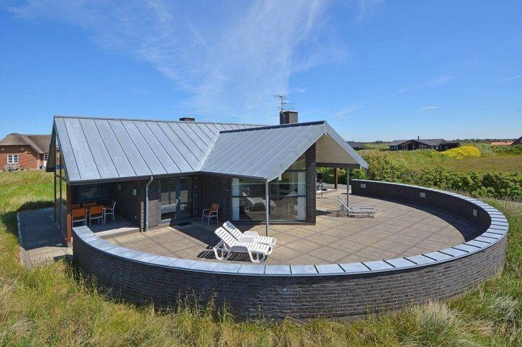 Ein wirklich schönes Ferienhaus erstklassiger Qualität nah an Zentrum von Søndervig und nur 250 m vom Meer entfernt. Das Haus besitzt eine große abgeschirmte Terrasse sowie auch 2 schöne überdachte Terrassen. Hier sind alle Details bedacht. Der perfekte Rahmen für einen schönen Urlaub in Dänemark. Schönes ferienhaus dicht an Søndervig und an dem Meer Hier …