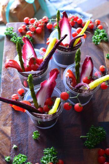 にんじんやアスパラ、パプリカなど焼いておいしいカラフル野菜をスティック状にして、チコリやマイクロトマトなどとともにカップに入れたアーティスティックなビジュアルサラダ。コップやWECKのようなガラス保存瓶を使うのもおしゃれかもしれませんね。