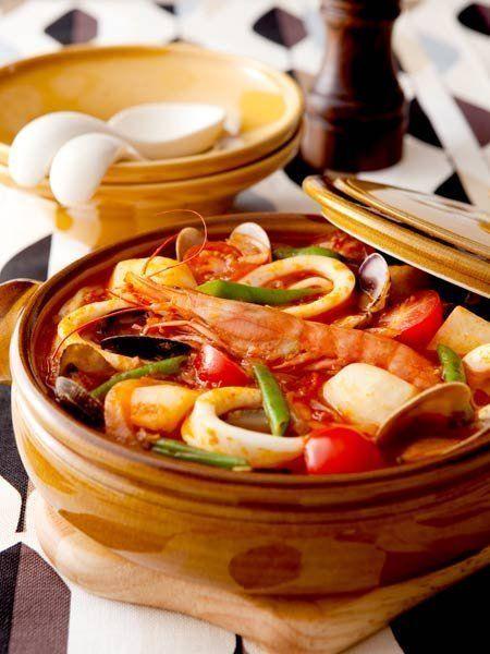 Recipe : 具だくさんの南イタリア風鍋焼きうどん/海老、いか、あさり、里芋……具だくさんのアツアツを鍋ごと食卓へ。食べる際にブラックペッパーとパルミジャーノ・レッジャーノをふれば、風味がぐんとアップ。 #レシピ #Recipe