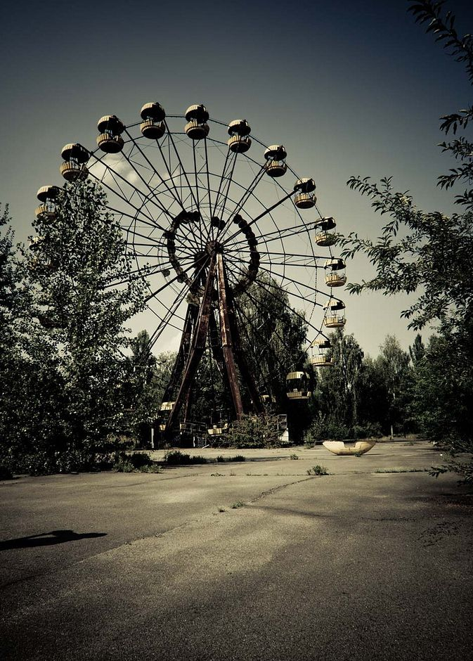 "I love old abandoned things.... naturally i couldn't decide which photo to pin!  ""Haunting Photos Of Abandoned Cities Around The World"": Haunted Photos, Abandoned Cities, Chernobyl Disasters, Abandoned Amusement Parks, Pripyat Ukraine, Ferris Wheels, Abandoned Places, Abandoned Chernobyl, Abandonedarchitectur Building"