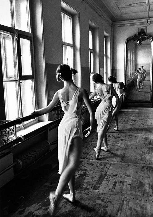 Estudiantes de la Escuela de BalletBolshoi de Moscú, 1958. Foto de Cornell Capa.