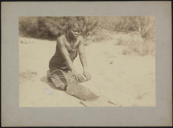 Een meisje maalt maïs met een grote en een kleine steen