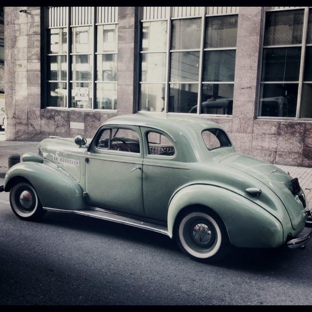 Carro antiguo en el centro de Bogotá
