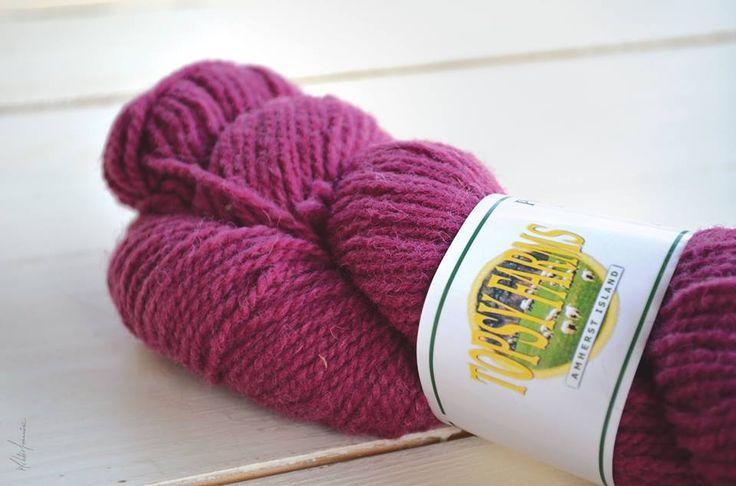 Voici un écheveau de laine Topsy Farms que nous avons utilisée pour notre livre : Le tricot, un art à transmettre.   https://www.facebook.com/TopsyFarms/