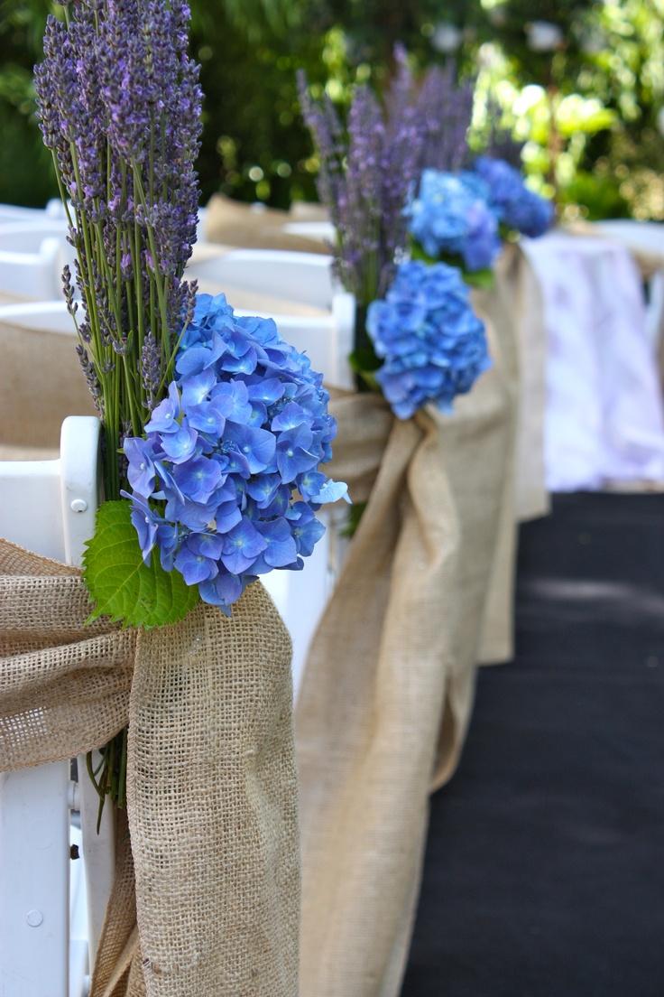 Kirchenbänke, blaue Hortensien (schöner wäre wenn das blau nicht sooo dunkel wäre...) + Lavendel... gefällt mir sehr gut...