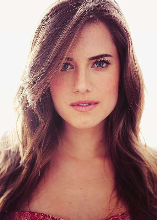 Allison Williams is just gorgeous, isn't she? Wish she would have been chosen for 50 shades Ana