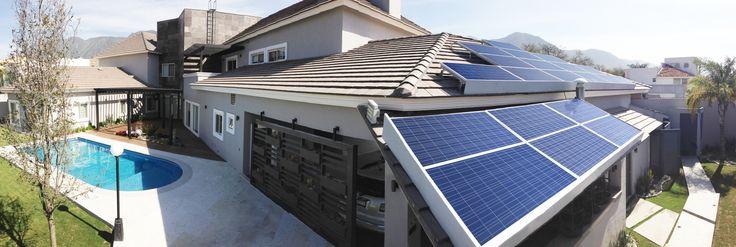 Los paneles solares son el elemento de primera mano en las nuevas construcciones de todo el mundo. Esto no sólo aporta al buen uso de la luz solar y el cuidado del planeta tierra, también al ahorro de dicho servicio básico. #diseño #decoracion #nuestroladodeco #vivienda #arquitectura #casas #modernidad
