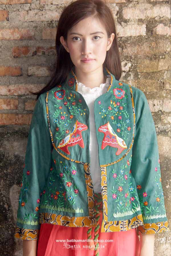 batik amarillis's arcana 2 this unique  cropped  jacket,accented with adorable embroidery also features our triangle arcana tassel at the back complete the back. material :embroidery on cotton canvas of adorable Dala horse .