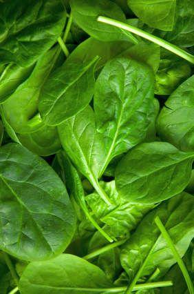 spinaci - Il succo fresco di spinaci pulisce in modo efficace e aiuta a guarire non solo il colon ma l'intero tratto intestinale.