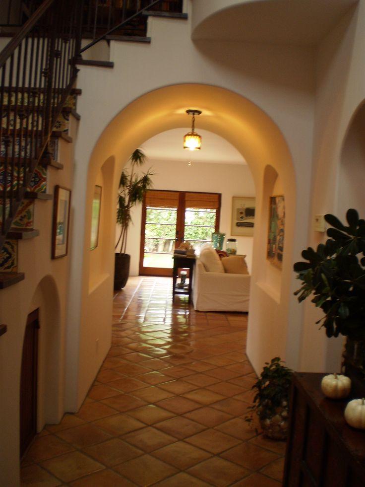 Una casa se español. Es muy bonita y muy grande.