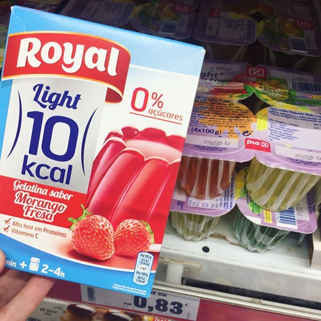 """¿Son las """"gelatinas"""" que se venden en vasito lo mismo que la gelatina para preparar? No, para nada. Da igual si son """"light"""". Lo de los vasitos tipo Jelly Sweet no es gelatina aunque lo parezca (es agua con un espesante), no tiene los beneficios de la gelatina y no sacia como la gelatina. 👎 Es más, los vasitos de Jelly Sweet pueden hacer que tu apetito se descontrole. A mí me pasa 😕 En cuanto a la gelatina Royal sin azúcar: yo prefiero hacerme las gelatinas en casa, así sé exactamente qué…"""