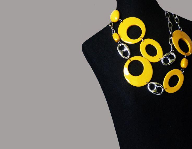 Vintage ketting van grote gele cirkels en zilverkleurige XL schakels aan een metalen ketting. Gemaakt van dik kunststof ca 1978-1982 door TresbeLLL op Etsy