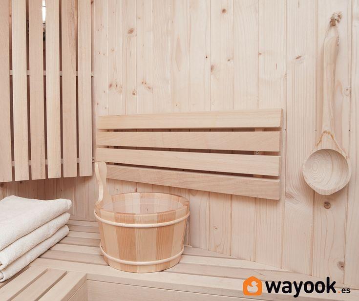 La sauna es un habitáculo de madera cerrado herméticamente en el que se alcanzan altas temperaturas que oscilan entre los 80-100 grados centígrados. Refrigerado por humedad muy baja que desprende un calor seco para que las altas temperaturas no lleguen a producir quemaduras y heridas.