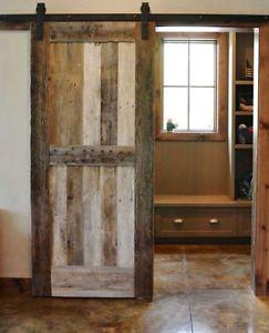Porte traditionnelle et porte coulissante en bois de grange