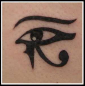 Les 25 meilleures id es concernant tatouages sur la colonne vert brale sur pinterest tatouages - Tatouage oeil d horus ...