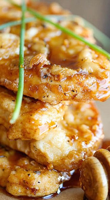 Honey Garlic Chicken ~ The most amazing crisp-tender chicken with a honey garlic sauce that is out of this world... So good, you'll want to use this sauce on everything!
