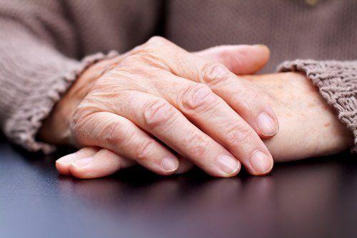 Parkinson .-Temblores.-Señales de alerta de la enfermedad de Parkinson Los síntomas tempranos de este trastorno son tenues y, por lo general, van incrementando a medida que pasa el tiempo.  La dificultad de movimiento es quizá la alerta más evidente de la enfermedad, pero también hay otras alteraciones que es muy importante considerar