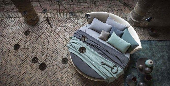 Стиль морского побережья с элементами античности: мозаичный каменный пол, затененность плюс прохлада тонов голубого и цвета морской волны