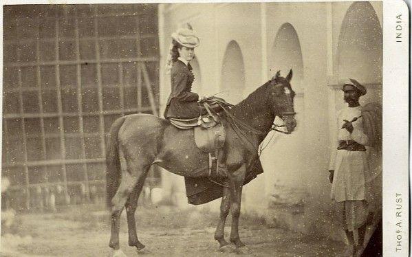 Femme montant en amazone - Inde 1870 #Pondichery #ride #horse #french #smart