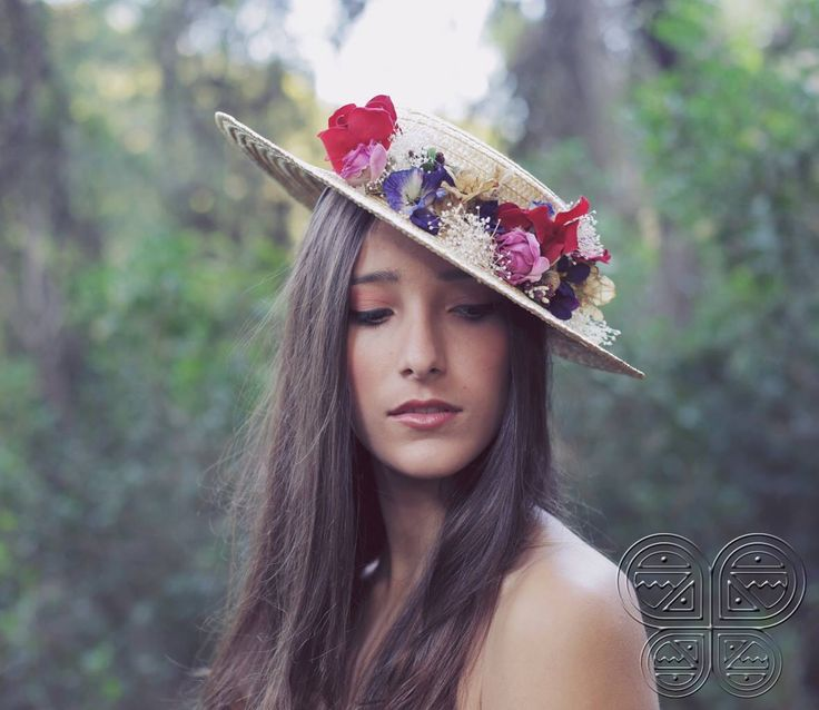 The Beatriz is made over a straw hat with red velvet ribbon, fabric flowers, velvet flowers and paper flowers. Available at www.catavassalo.com 79€