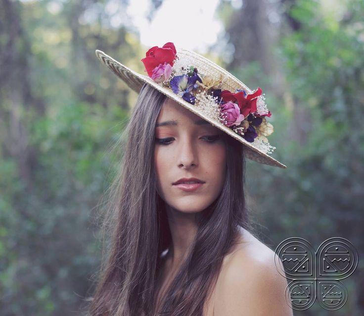 The Beatriz is made over a straw hat with red velvet ribbon, fabric flowers, velvet flowers and paper flowers. Available at www.catavassalo.com 79€ -------------------- O nosso Canotier Beatriz foi um dos nossos best sellers em 2014 em 2015 vai ser igual… Lindo de morder ideal para um casamento de dia com um vestido curto ou um macacão! Disponível na nossa pagina www.catavassalo