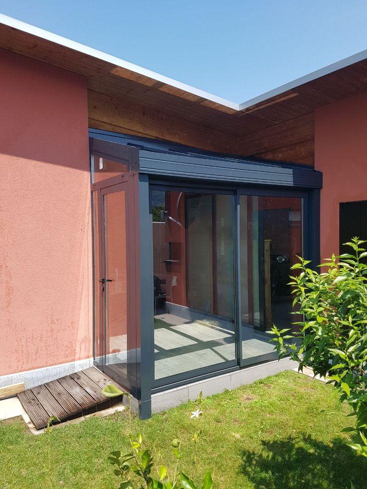 Veranda in alluminio a taglio termico tr200 completa di scorrevoli a due ante e  portoncino ingresso a vetro con serratura triplice.