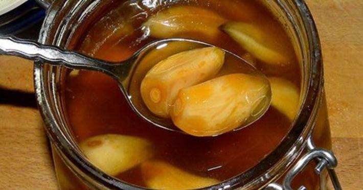 """Acest elixir este accesibil tuturor si este foarte usor de preparat din ingrediente ieftine. Ingredientele sale puternice sunt usturoiul, mierea si cidrul din otet de mere. Siropul de usturoi iti intareste sistemul imunitar, iti scade tensiunea si reduce nivelul de colesterol """"rau"""" din corp. A"""