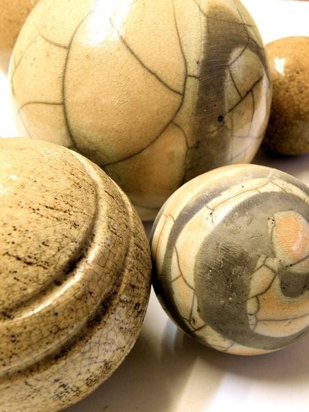 """...von two lives keramik.  Im japanischen Glasur-, Brenn- und Räucherverfahren """"Raku"""" gebrannt. Durch den partiellen Glasurauftrag sind die untersc..."""