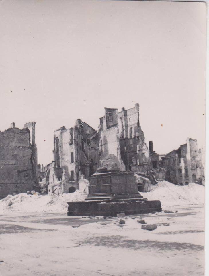 Warsaw 1945,  Plac Zamkowy